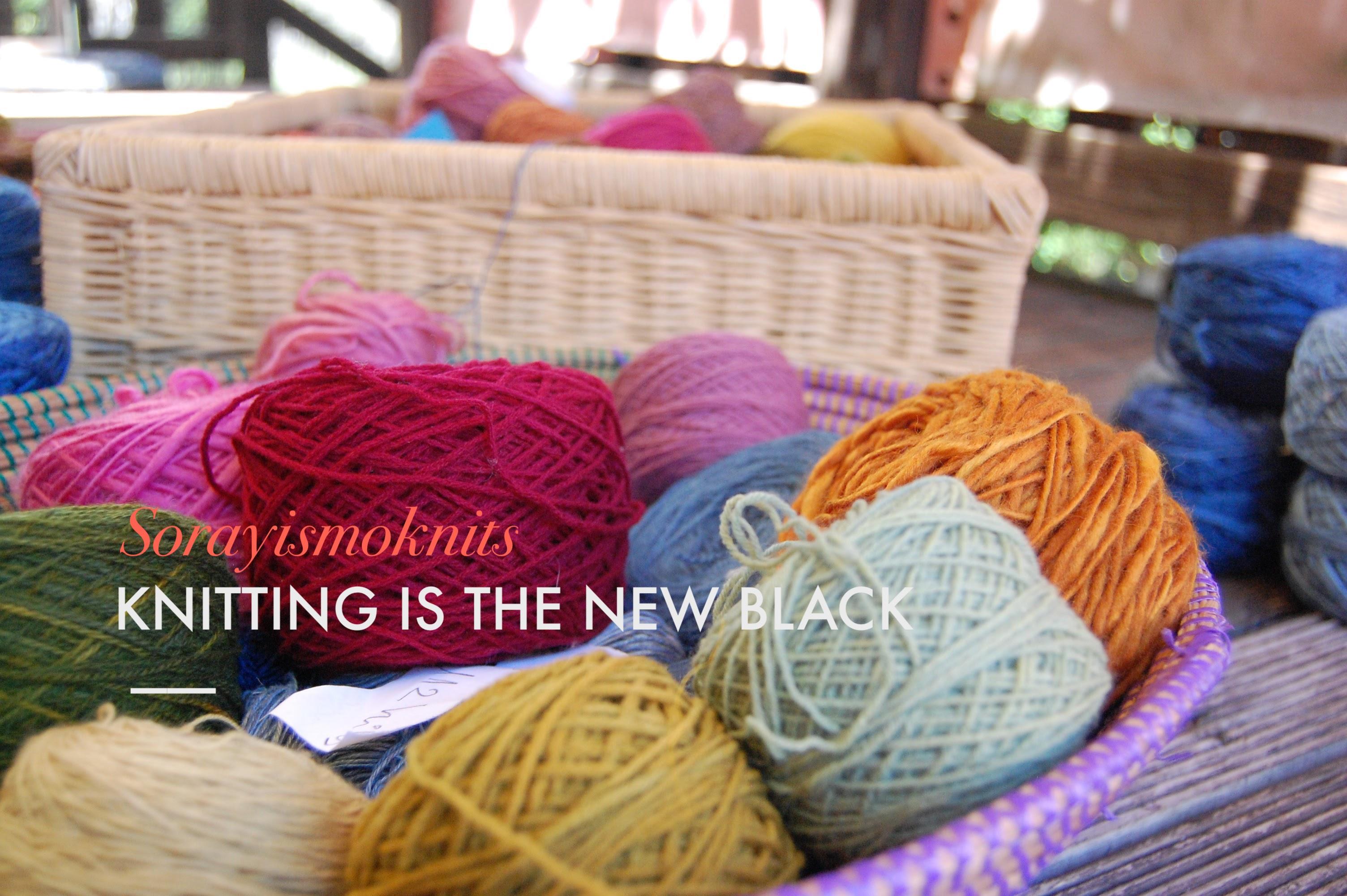 Cesta con madejas de lana tintes naturales